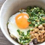 【ニラ醤油】忙しい朝に 目玉焼きのせ納豆丼
