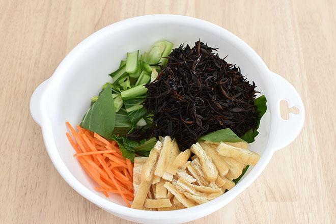 DSC 4658 - 【レンジで】ひじきと小松菜の彩り和え
