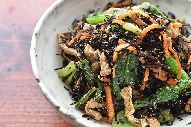 DSC 4677 - 【レンジで】ひじきと小松菜の彩り和え