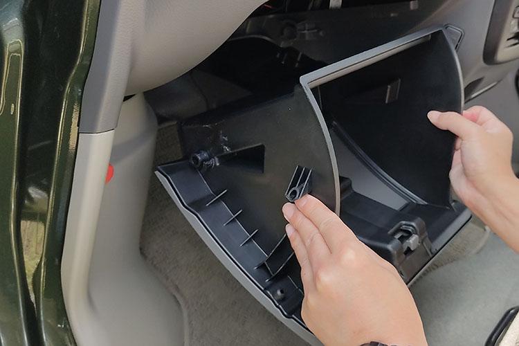 glove box2 - ドラレコの配線を綺麗に隠す『エーモンの電源ソケット』【エブリイバンDIY】