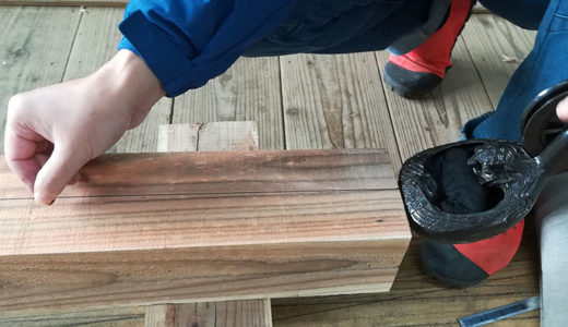 「墨を打つ」墨壺を使って長い直線を引く方法